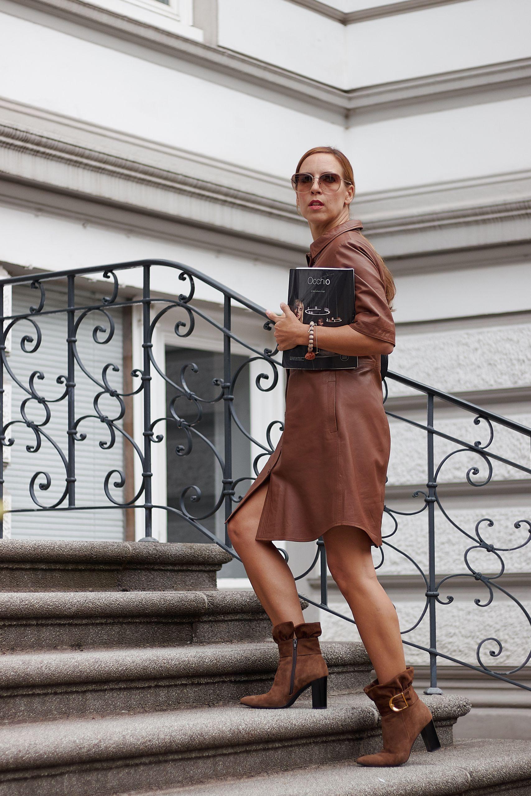 Braunes Lederkleid kombinieren zu Brunate Stiefeletten und taupefarbenem Mantel
