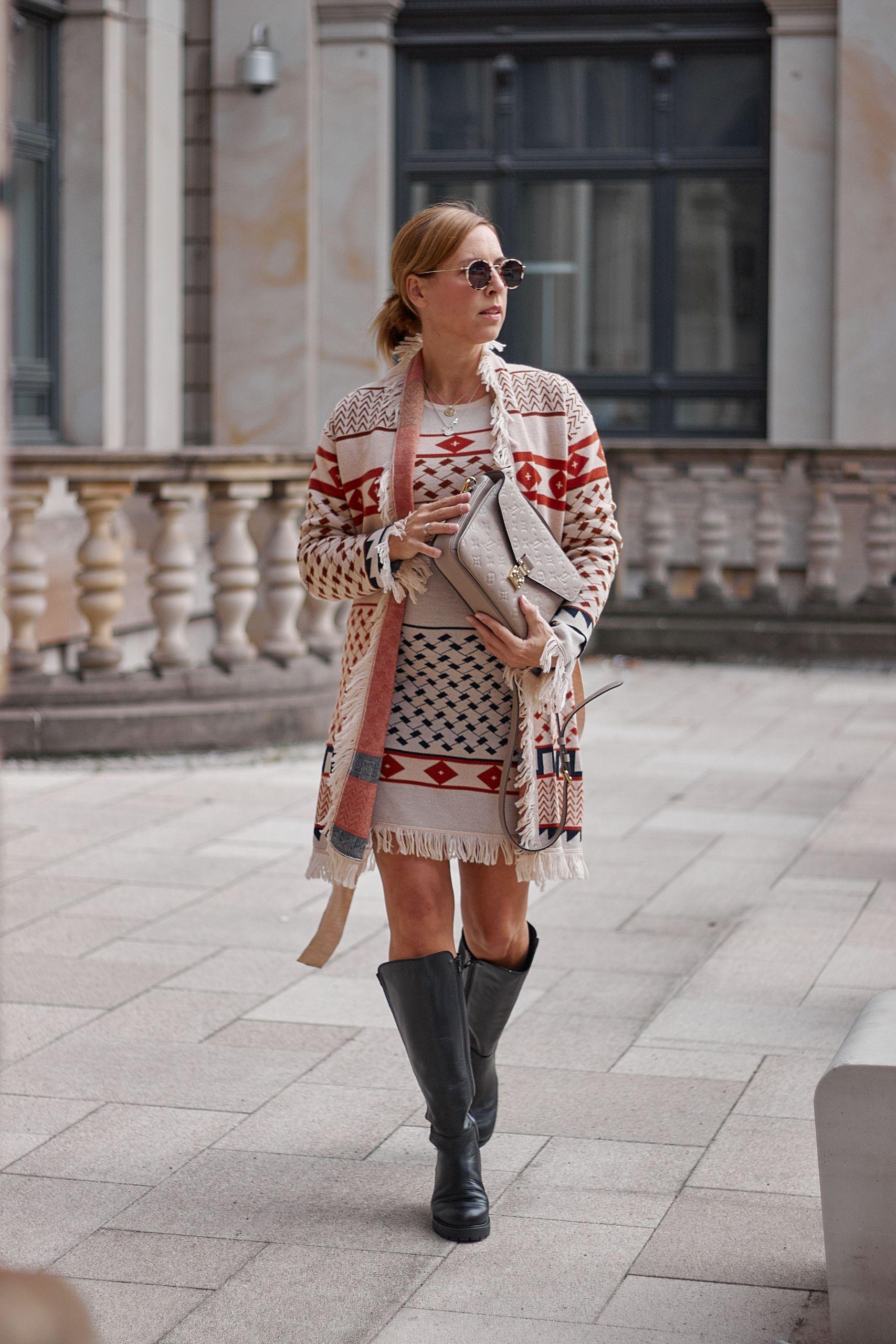 Lashoe Stiefel zu Cecilie Copenhagen Kleid an der Handelskammer