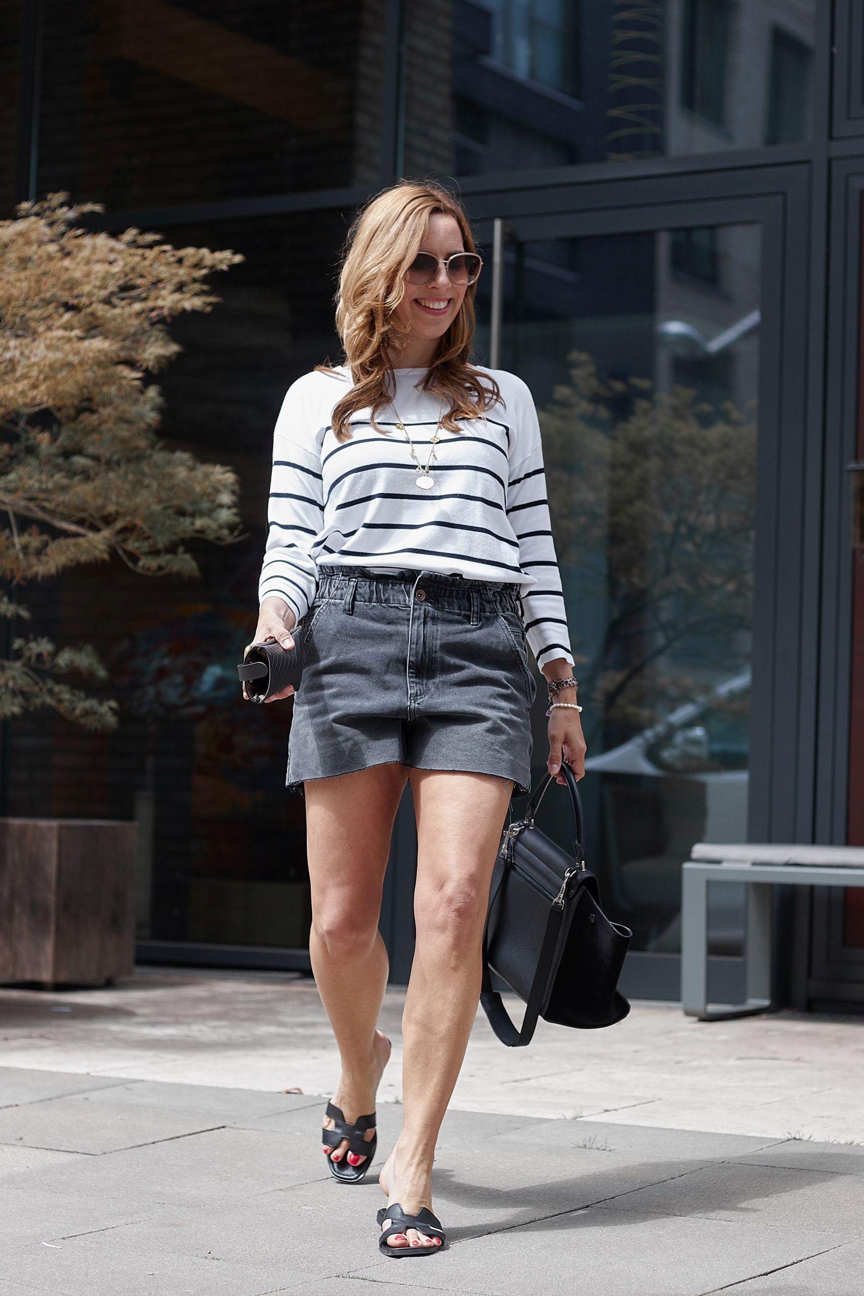 Streifenpullover aus den Liberty Woman Neuheiten zur Denim Shorts und Sandalen