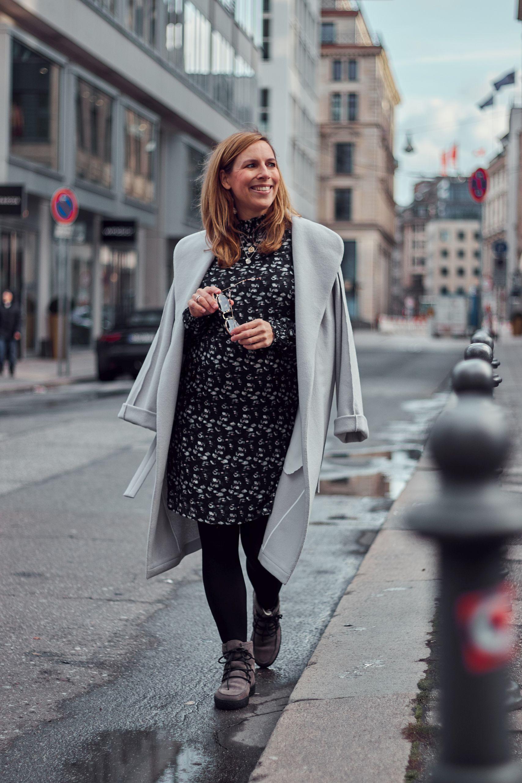 Sienna Kleid und Schnürboots von Impressionen zu Mantel von Spectrum Fashion