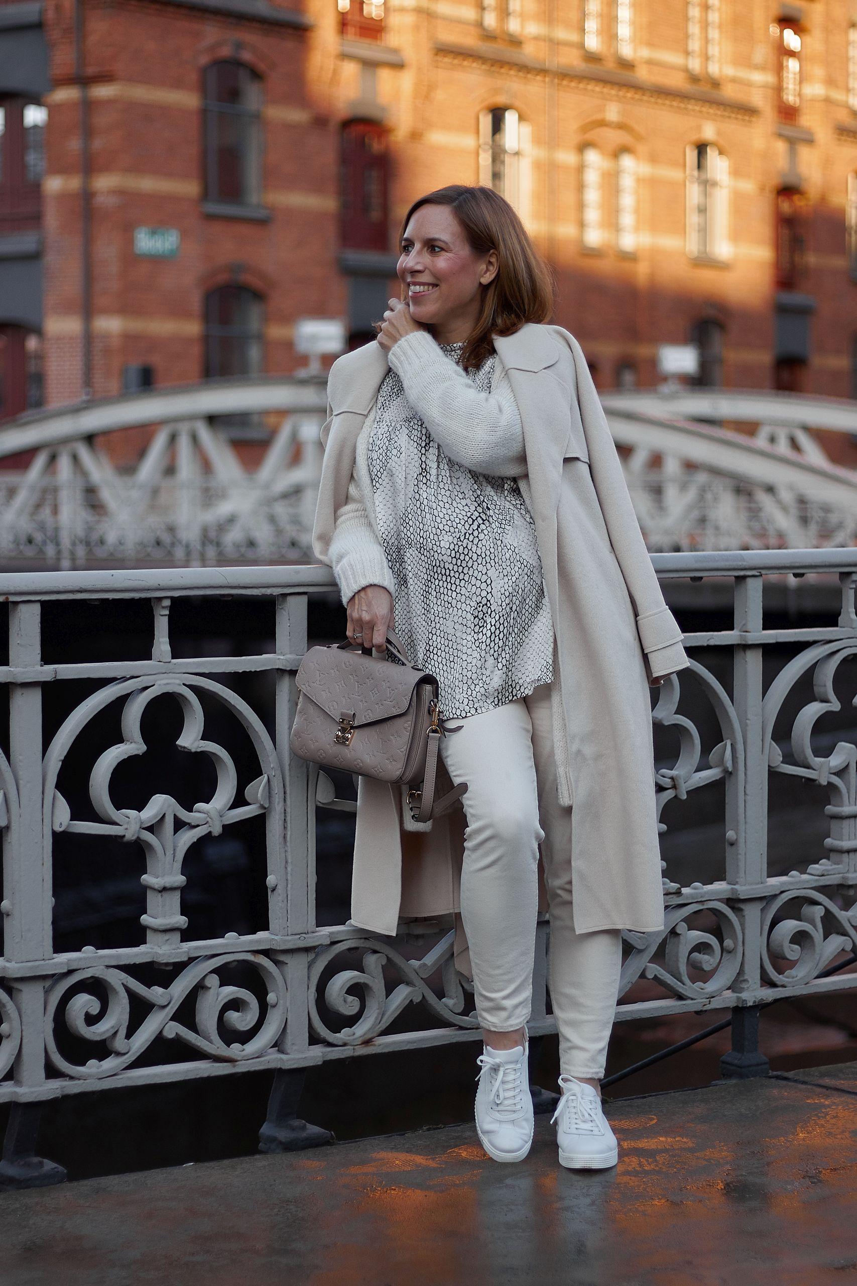 LaShoe Retro Sneaker zum all white outfit und Louis Vuitton Metis Tasche in der Speicherstadt