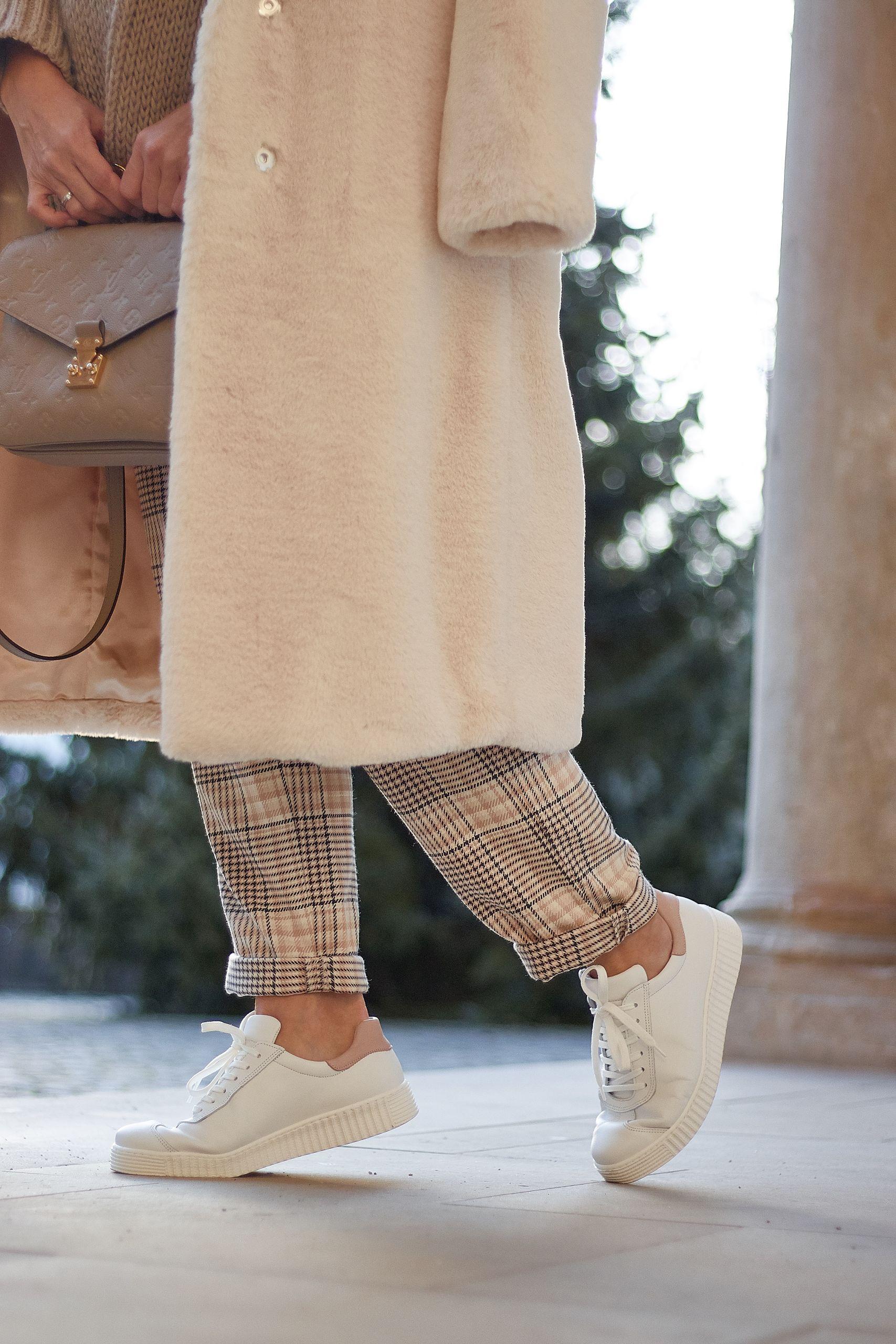 LaShoe Retro Sneaker zum all white outfit und Louis Vuitton Metis Tasche am Reinbeker Schloss