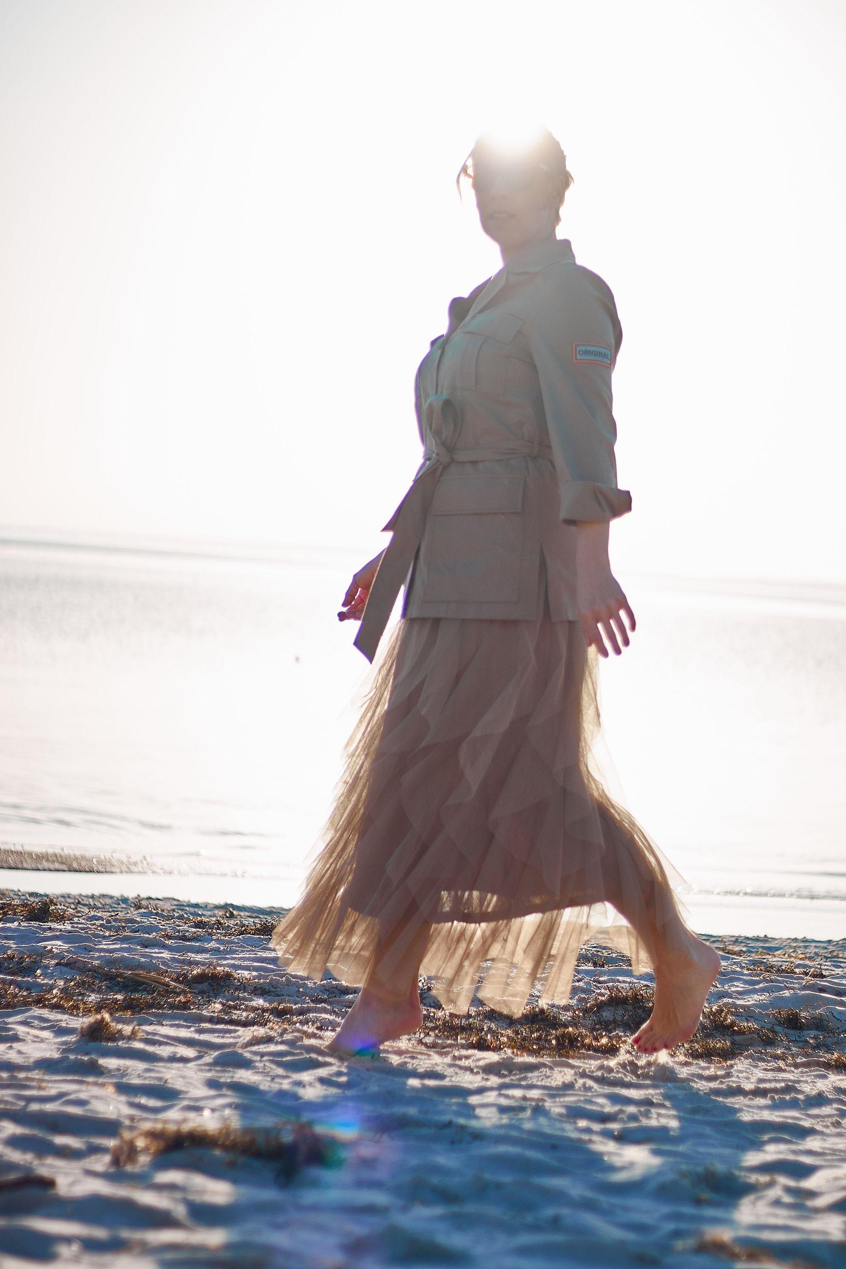 Marc Aurel Tüllrock zur Safari Jacke am Strand von Pelzerhaken