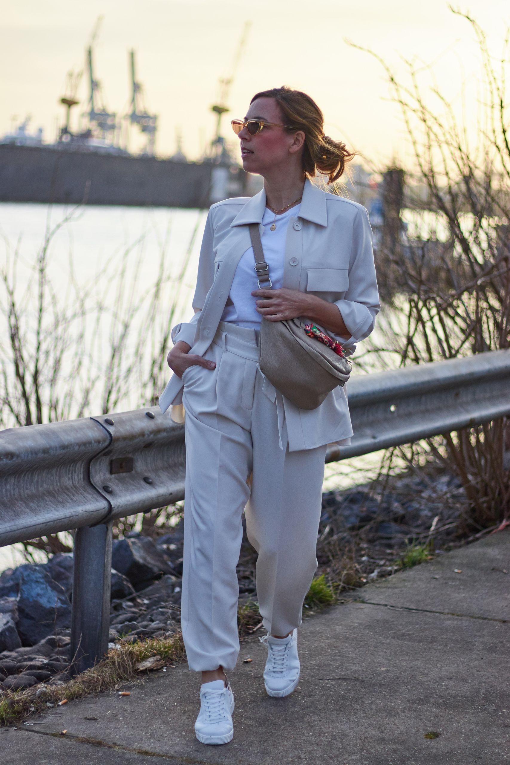 Marc Aurel Mode Favorit bestehend aus Hose und Hemdjacke am Hamburger Hafen
