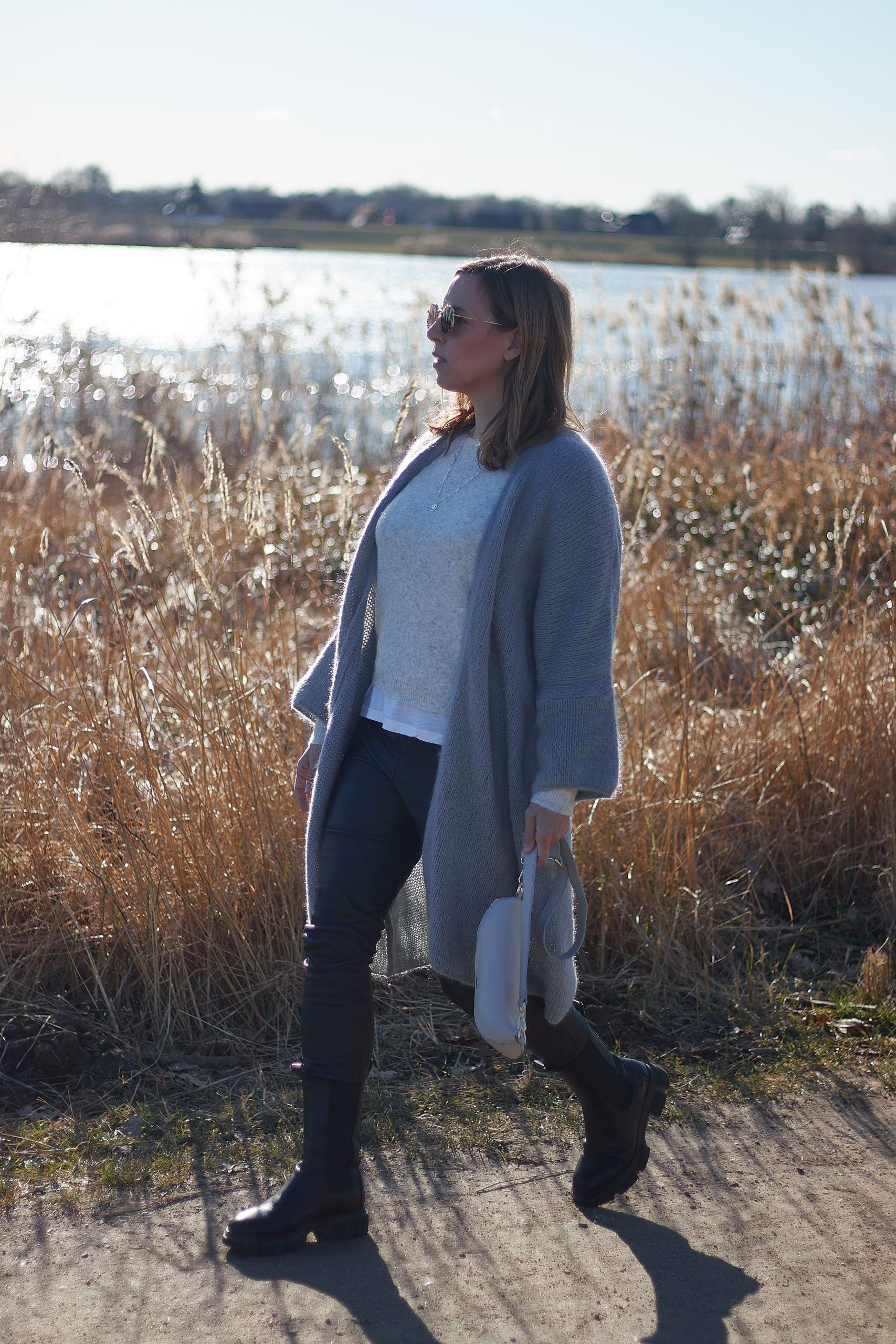 Amy Vermont Lederhose Outfit zu Oversize Cardigan von Inlove und Combat Boots