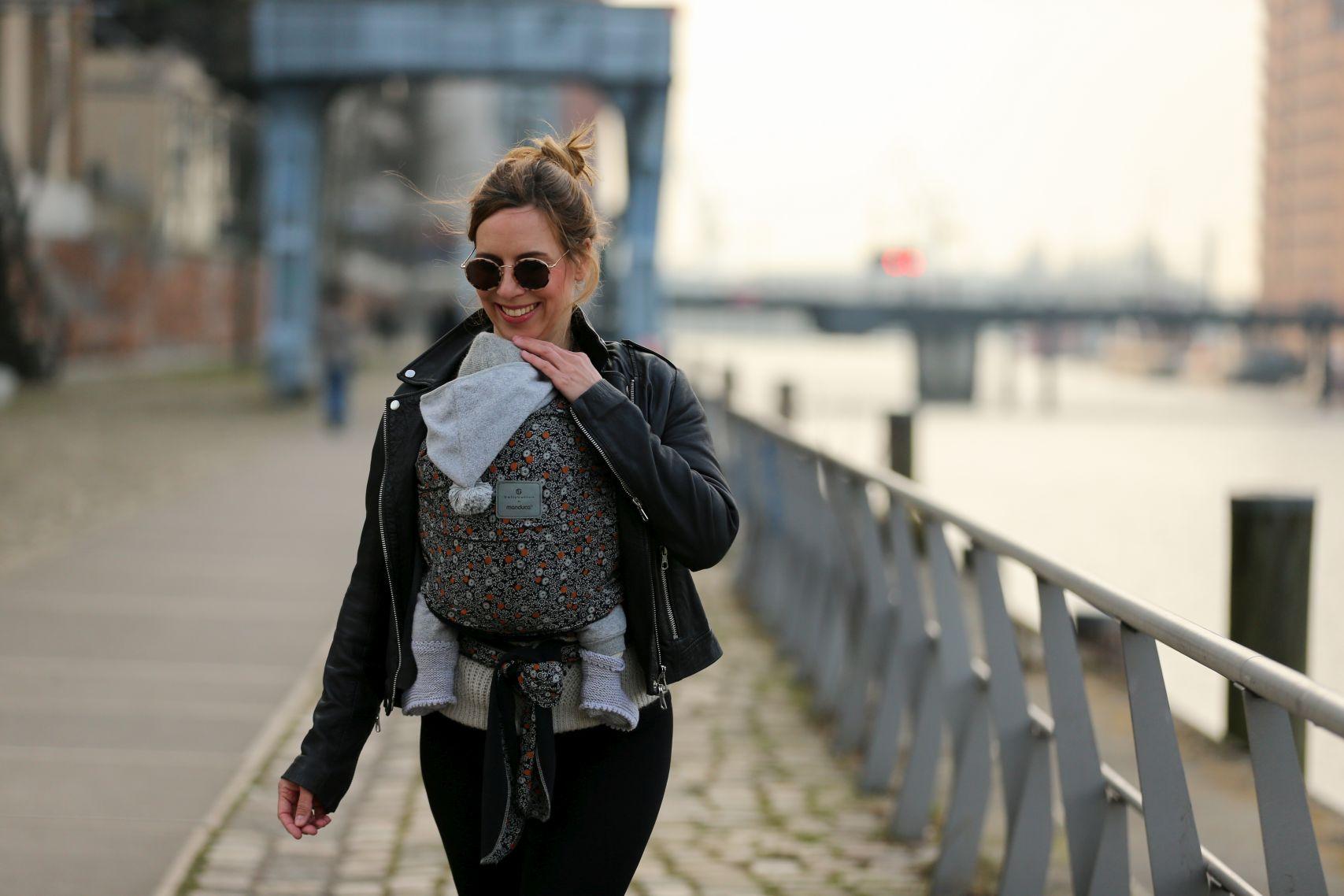 bellybutton by manduca Sling SoftBlossom Tragetuch zur Lederjacke in der Hafencity