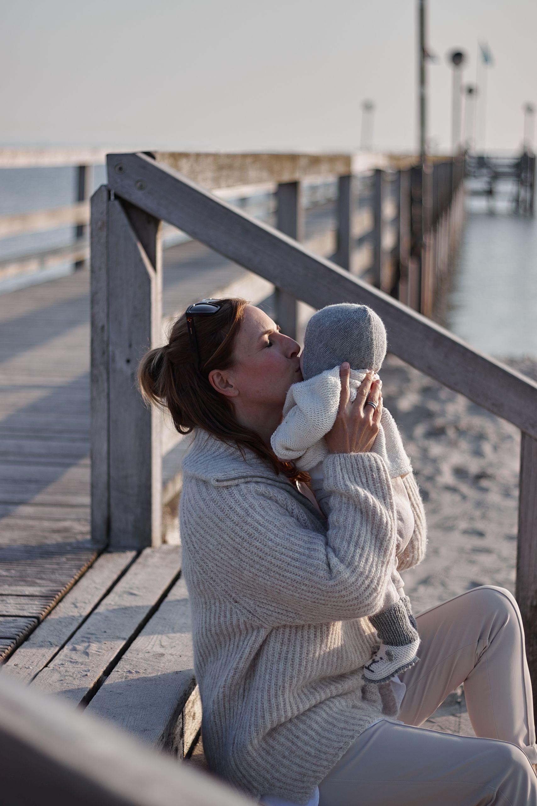 Mami mit Baby in Jane Lushka Hose am Strand von Pelzerhaken