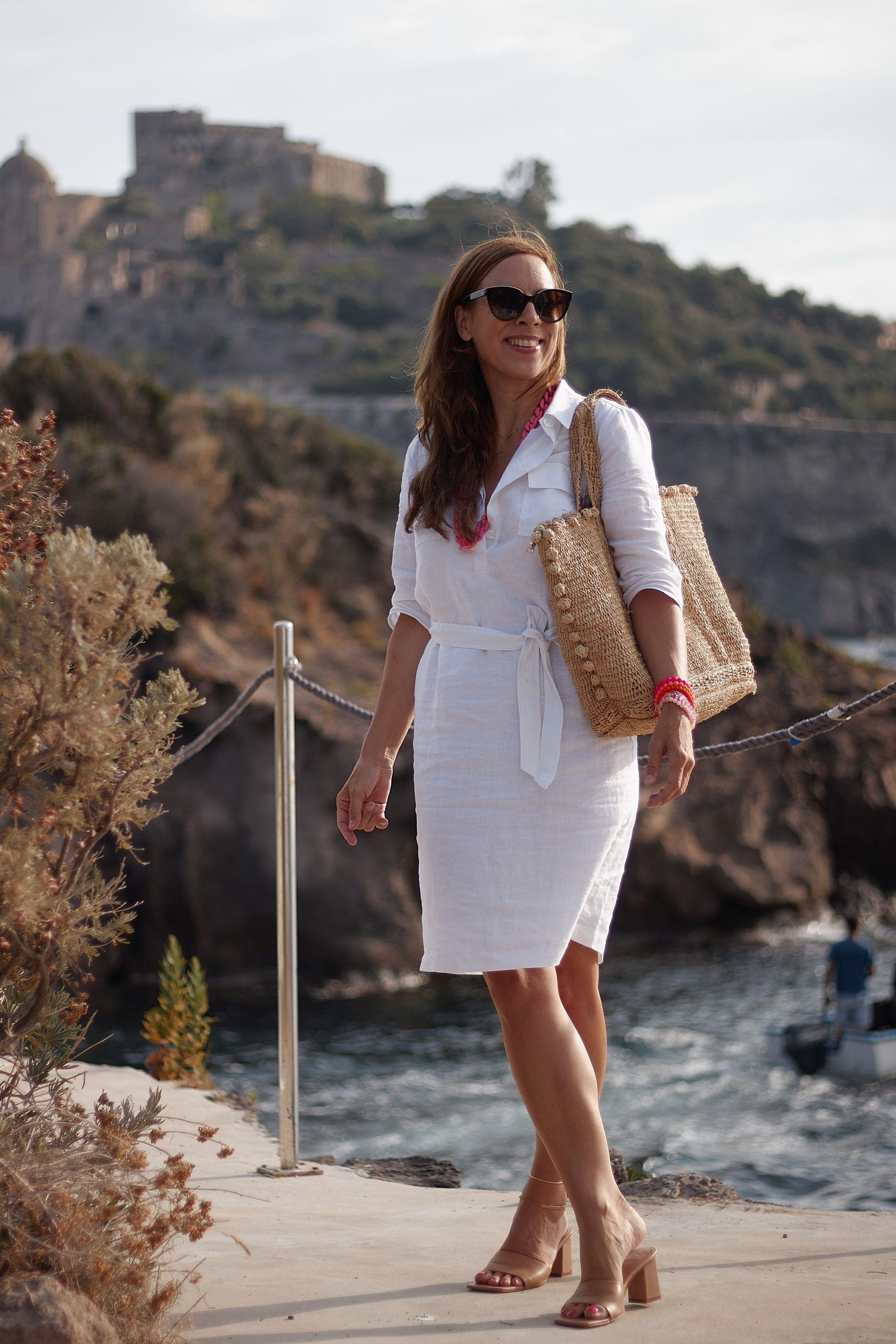Weißes Leinen Alba Moda Blusenkleid kombinieren zu pinkfarbenen Accessoires im Giardino Eden Ischia