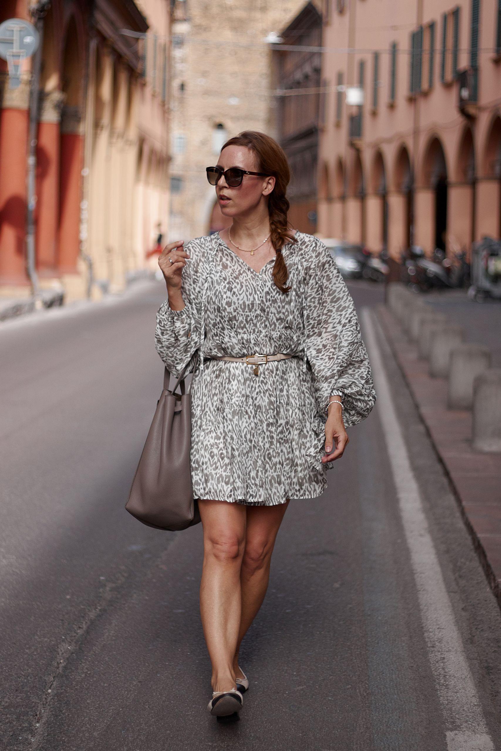 Brunate Ballerina Schuhe zu Kleid im Leoprint und Céline Shopper