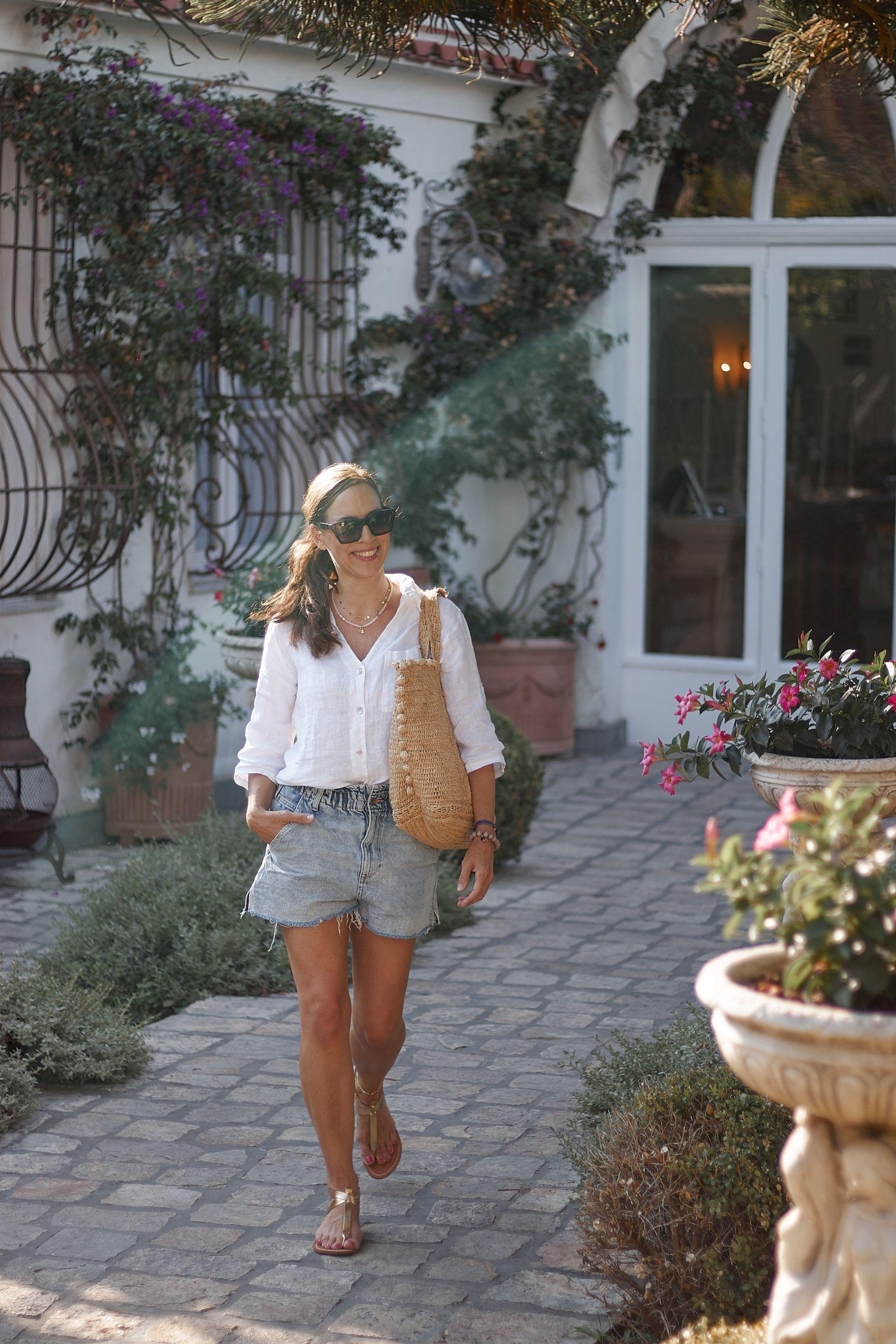 Liberty Woman Online Leinenbluse zu Shorts in Ravello vor dem Hotel Giordano