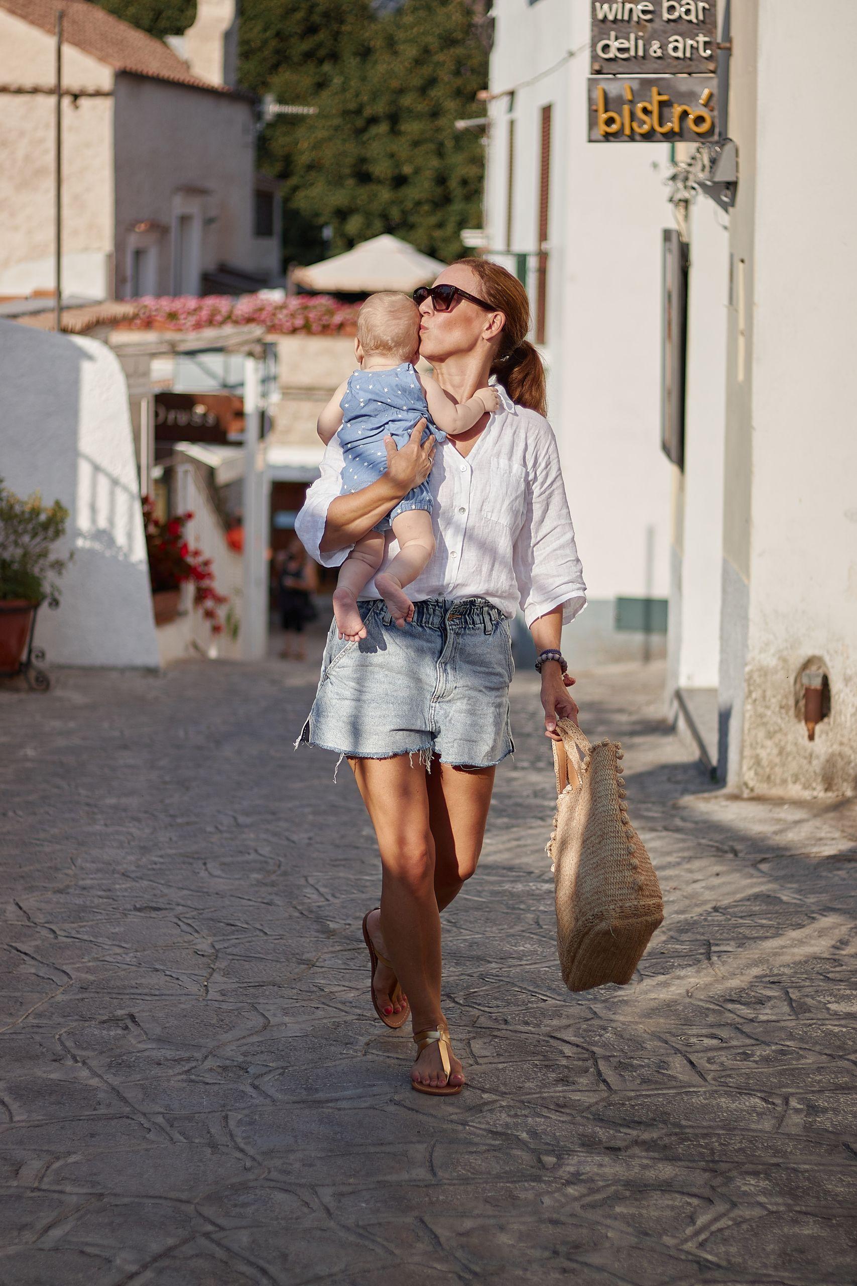 Leinenbluse von Liberty Woman Online zu Denim Shorts in Ravello