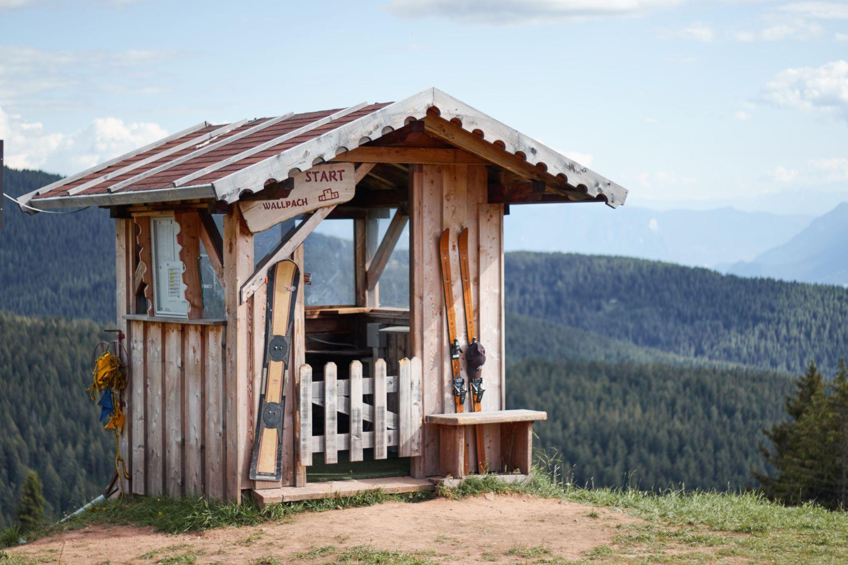 Hütte in der Nähe der Meran 2000 Seilbahn als eine der Meran Sehenswürdigkeiten