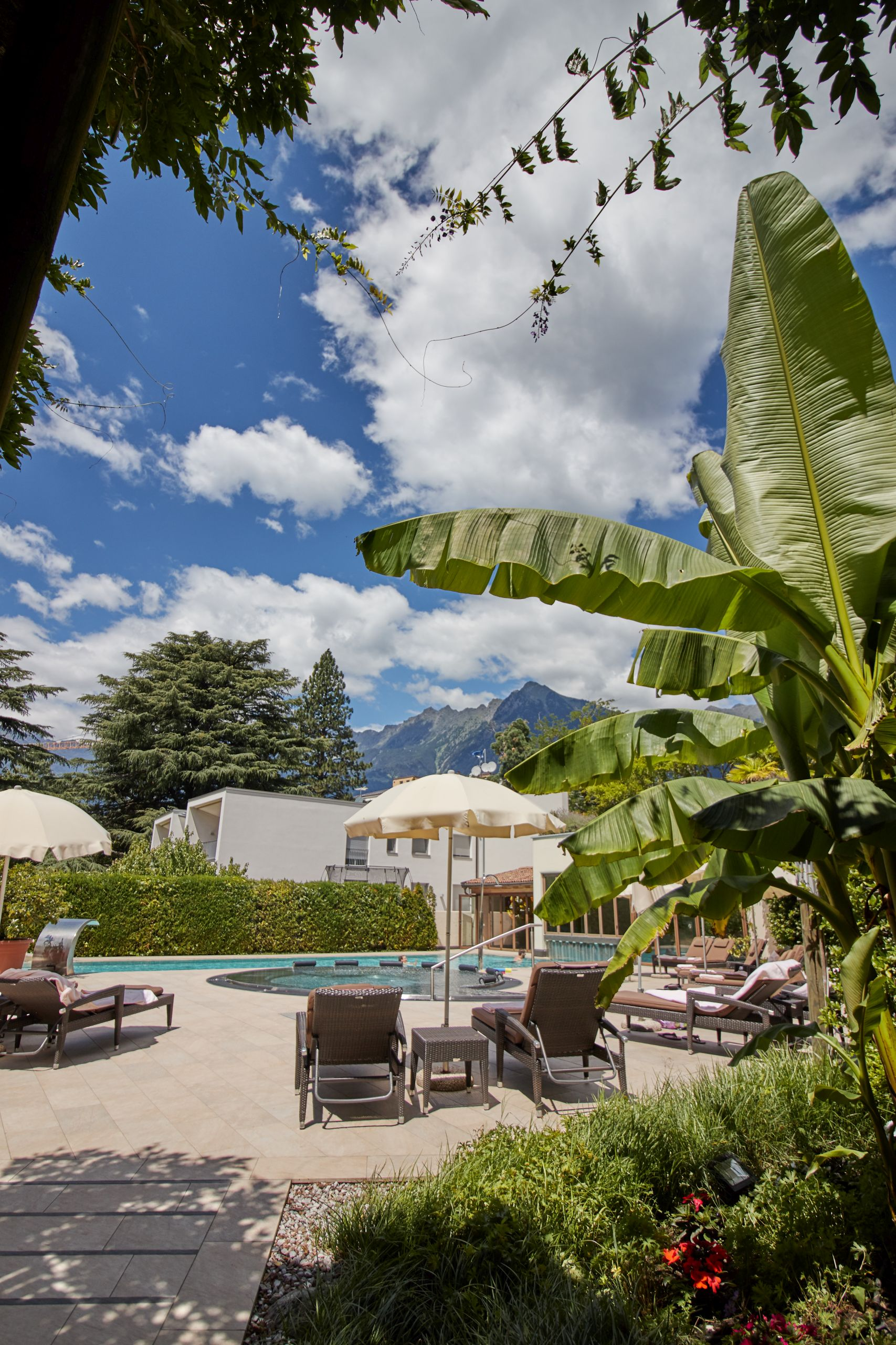 Pool und Terrasse des Parkhotel Mignon Meran