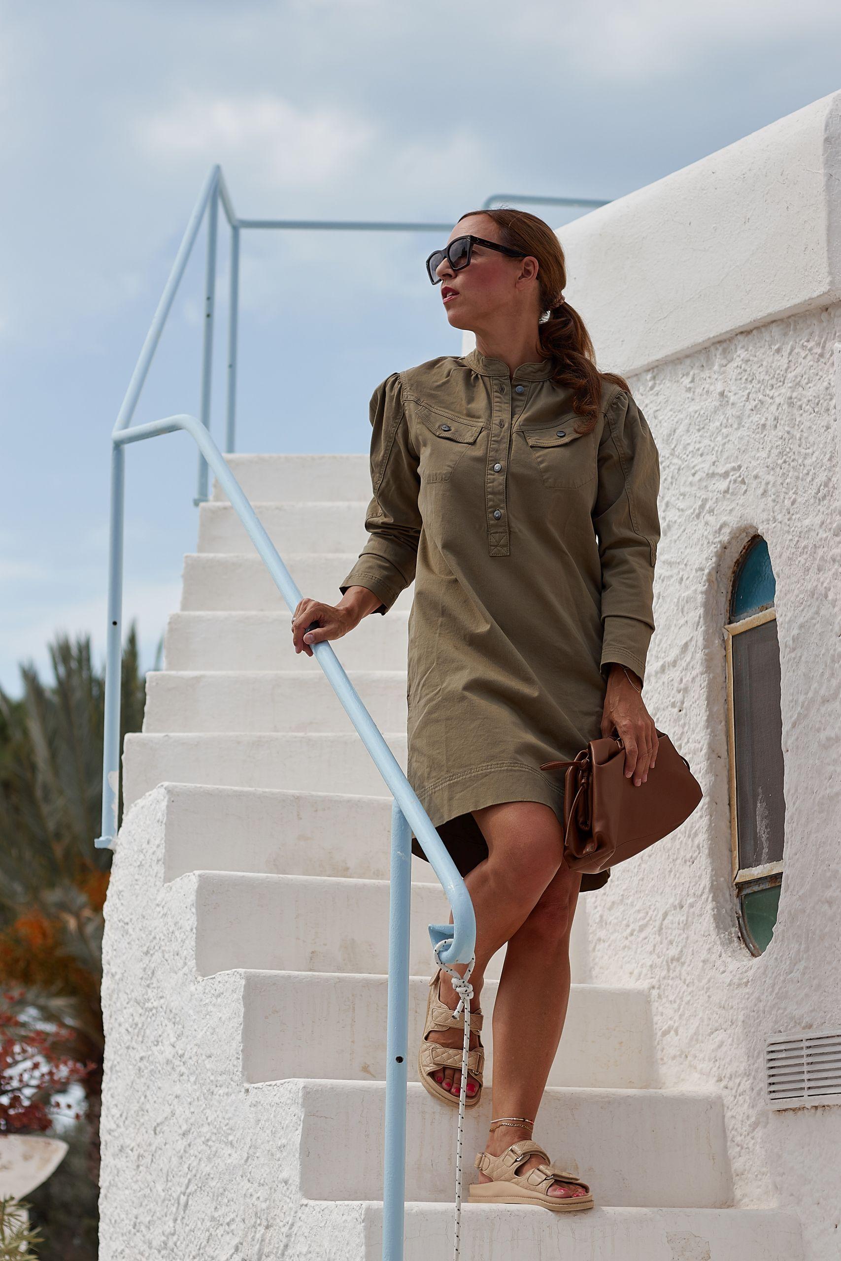 Project AJ117 Military Dress zu Chunky Sandals von Ducie London in der Villa Ravino