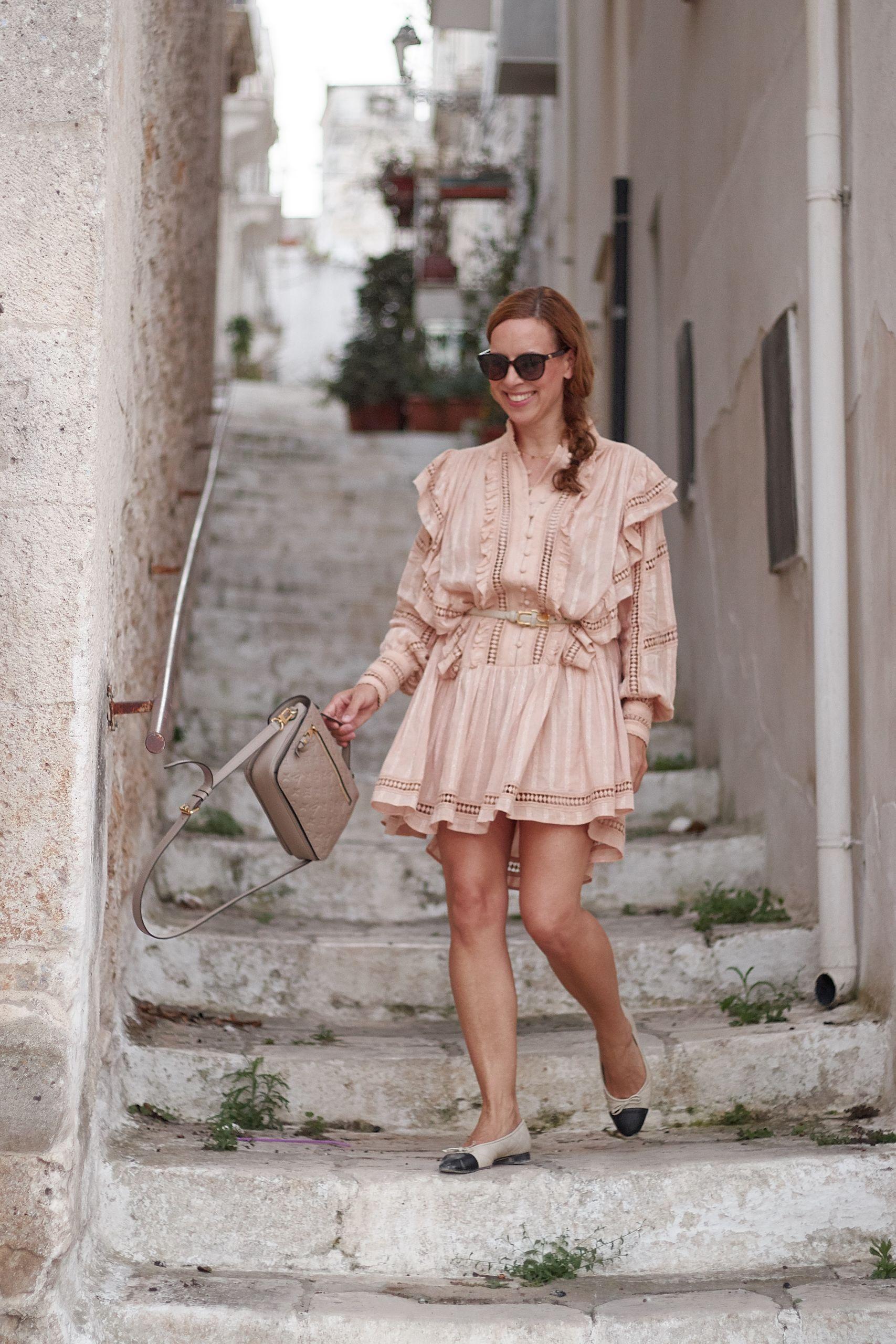 Project AJ117 Boho Kleid Dress zu Brunate Ballerinas und LV Metis Handtasche in Ostuni