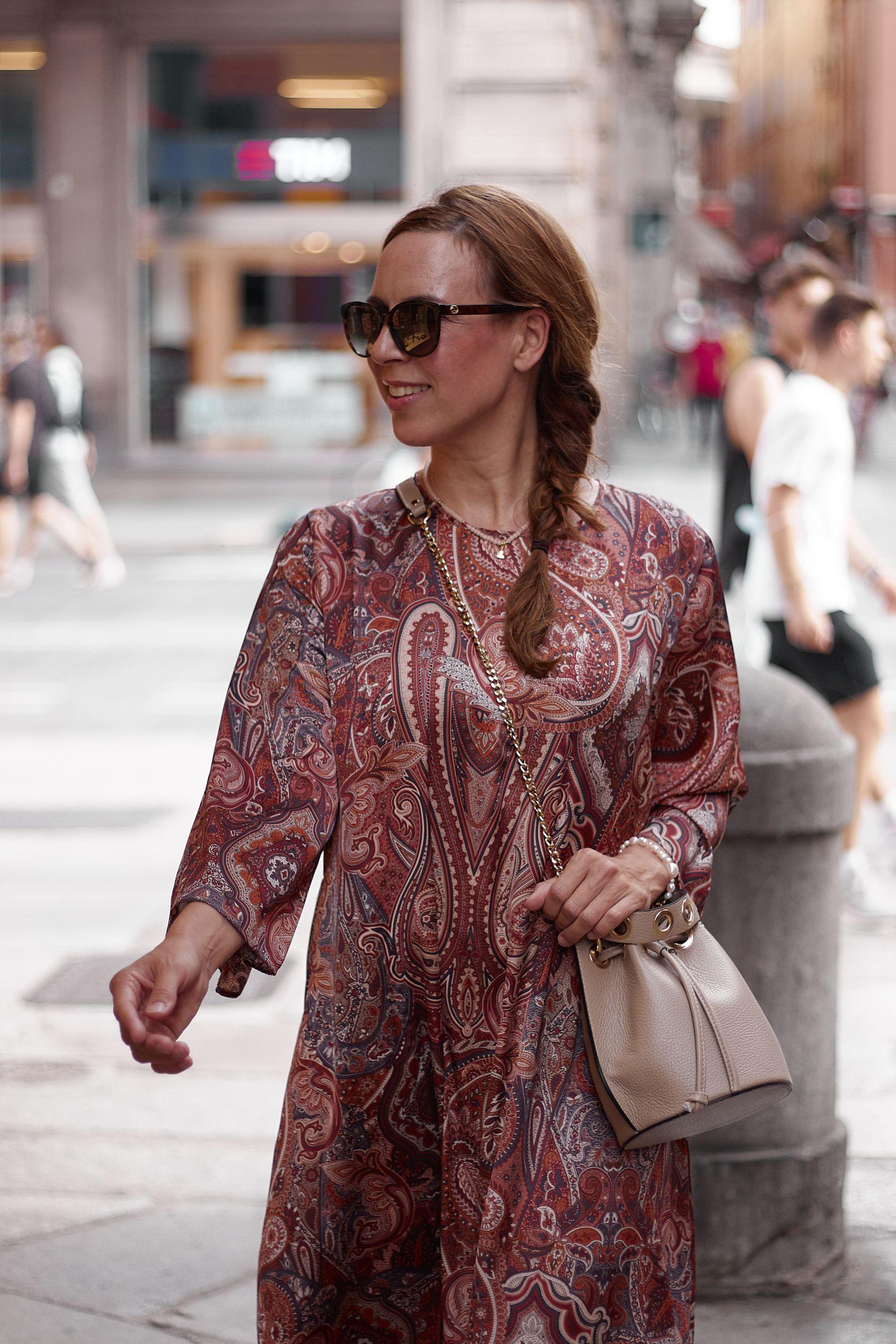 Settimo Cielo Bologna  Kleid zu Beuteltasche und Optiker Bode Sonnenbrille