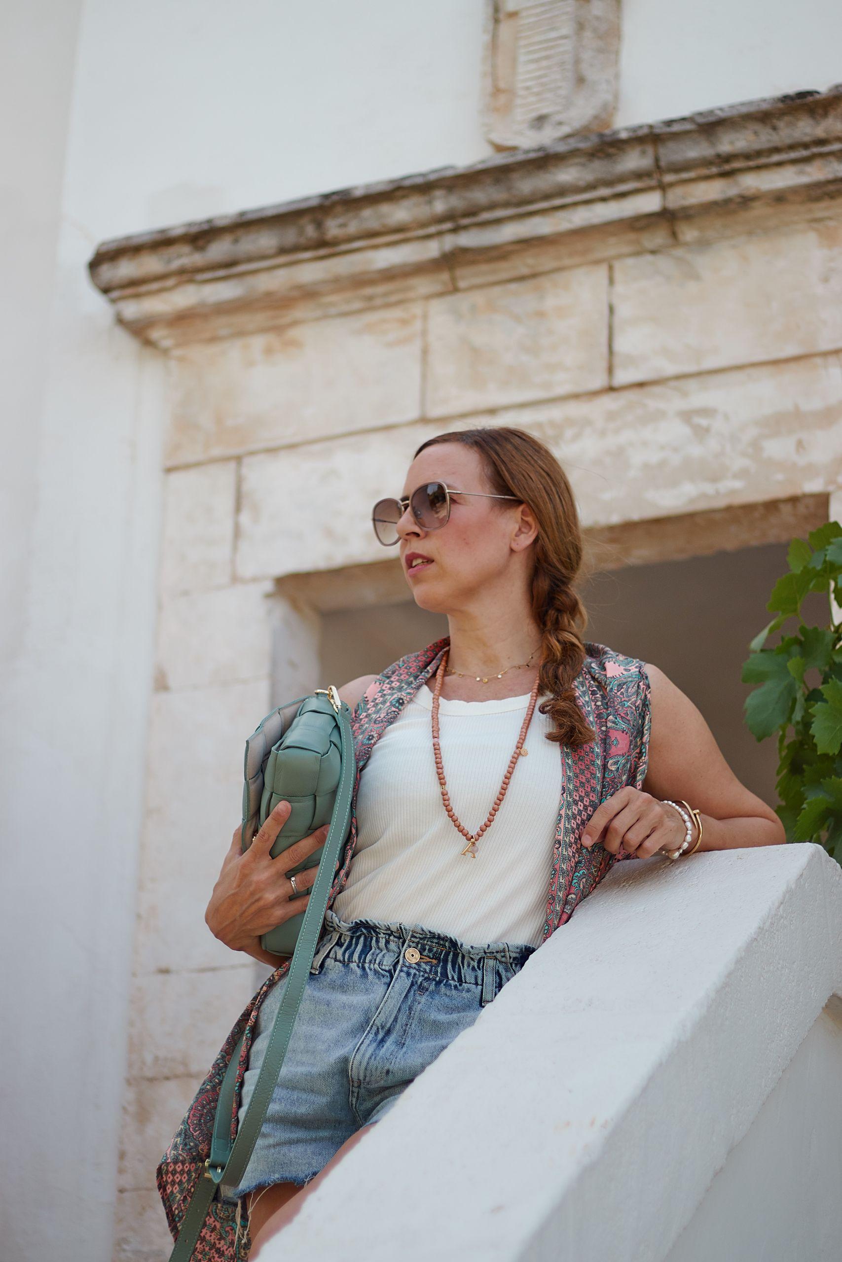 Settimo Cielo Bologna Kimono zu Shorts, Tank Top und Ledertasche in der Masseria Salinola bei Ostuni