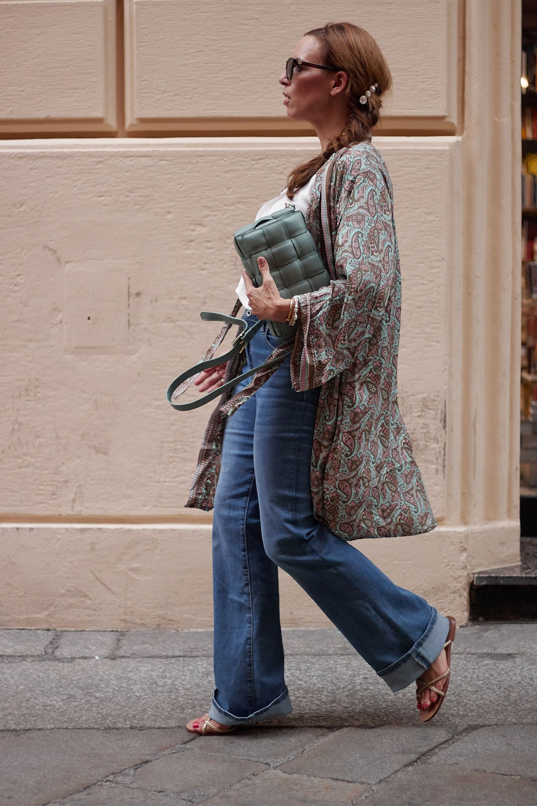 Settimo Cielo Bologna Kimono zu Flared Jeans und Ledertasche und Sonnenbrille von Optiker Bode