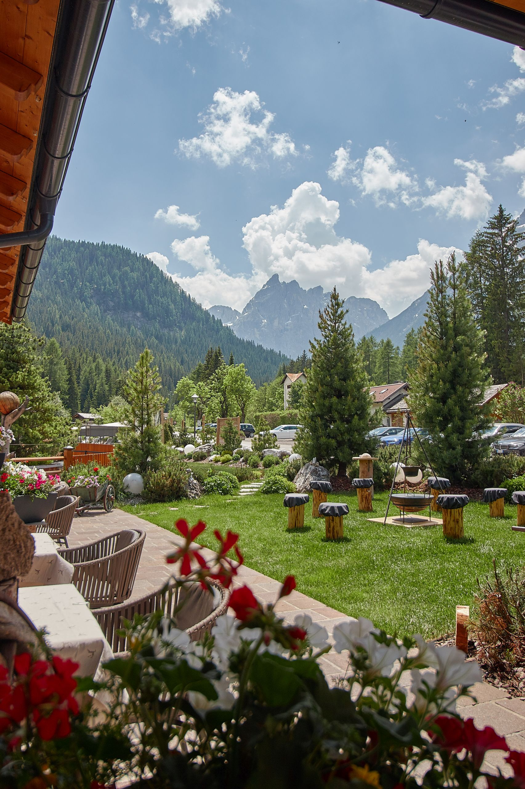 Bad Moos Dolomites Spa Resort mit Blick auf die Drei Zinnen Dolomiten