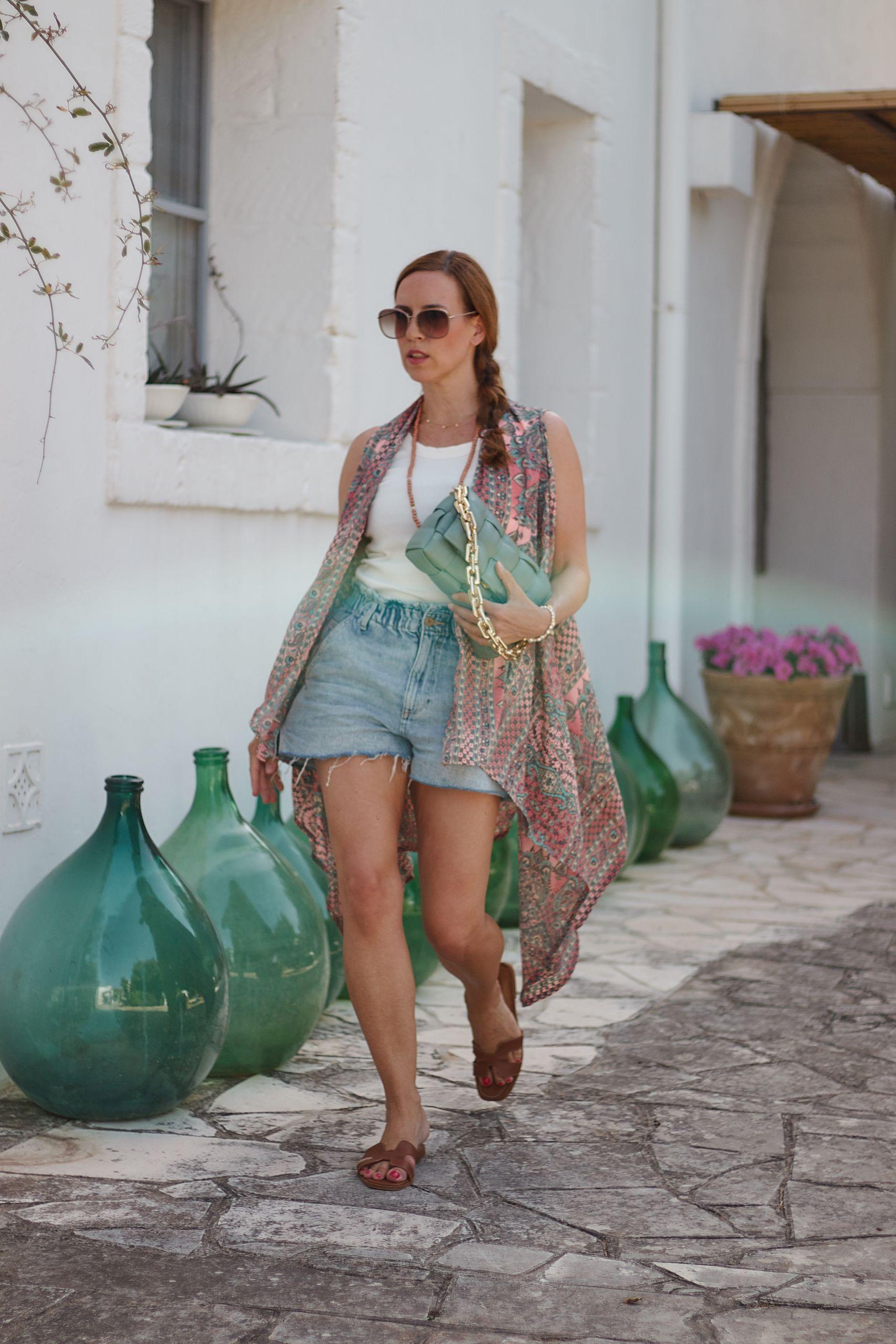 Kimono Style im Alltag zu Denim Shorts in der Masseria Salinola