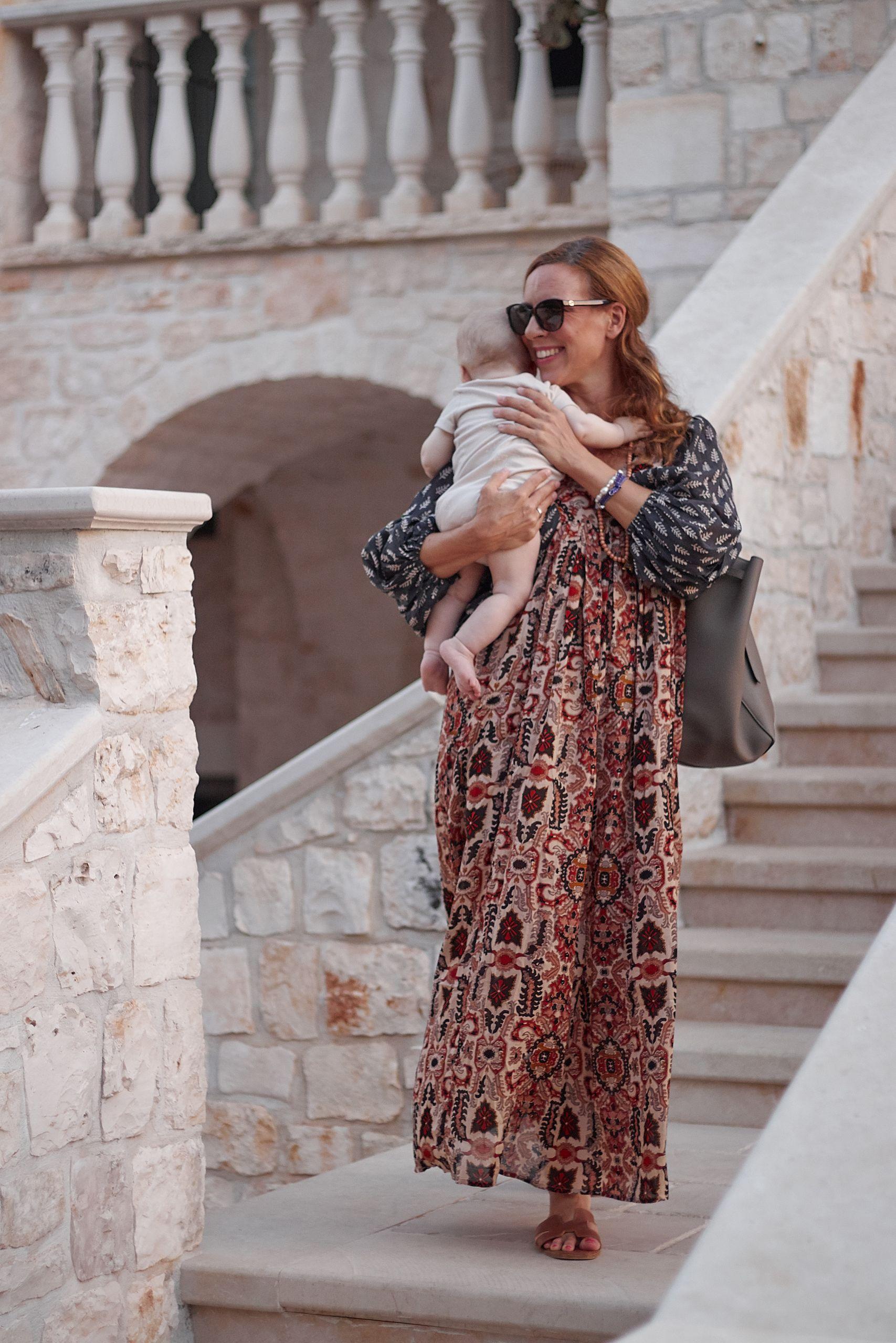 Frau nach langer Autofahrt mit Baby in der Masseria Grieco