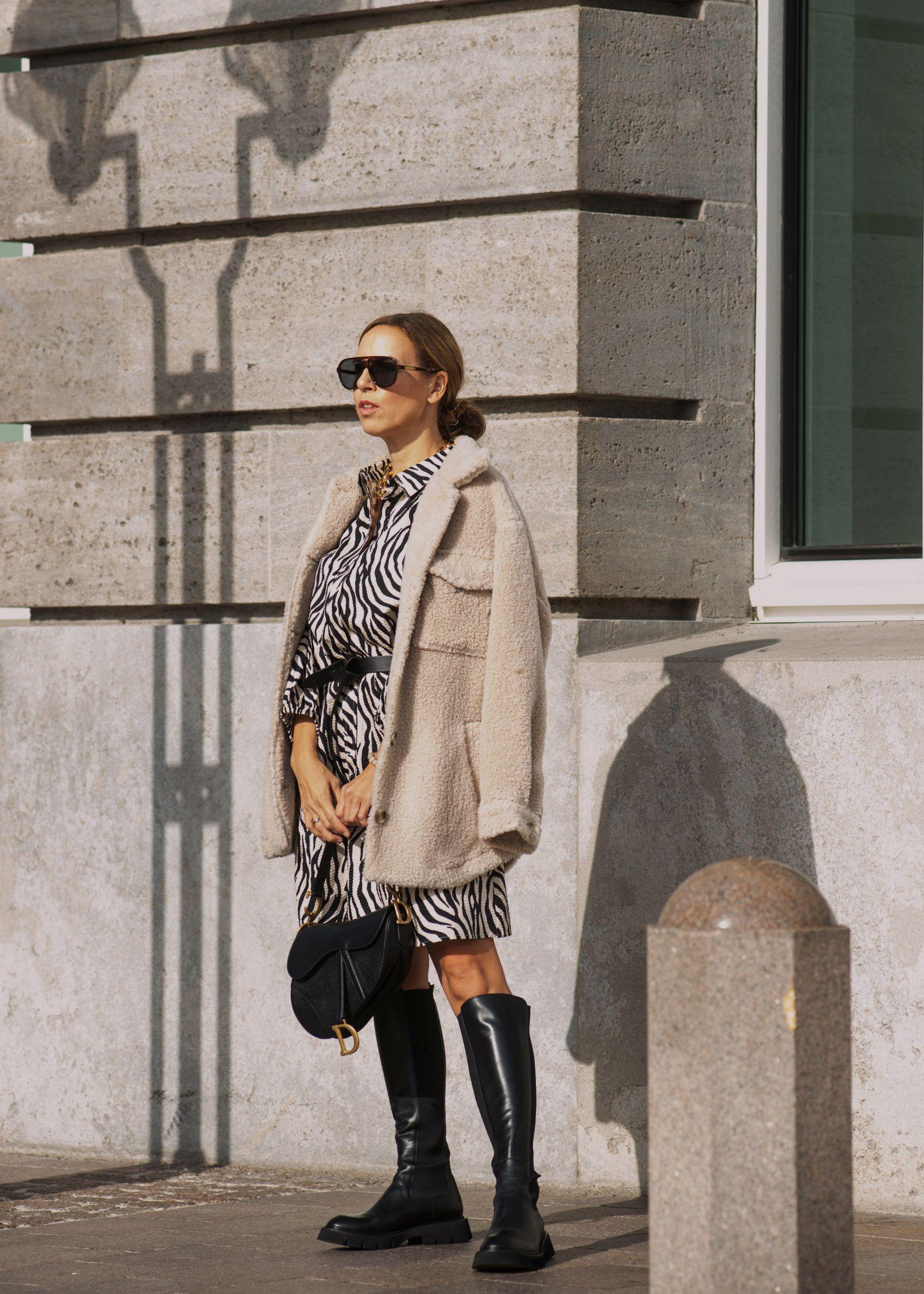 Raffaele Riccardi Stiefel zum Zebra Kleid und Dior Saddle Bag