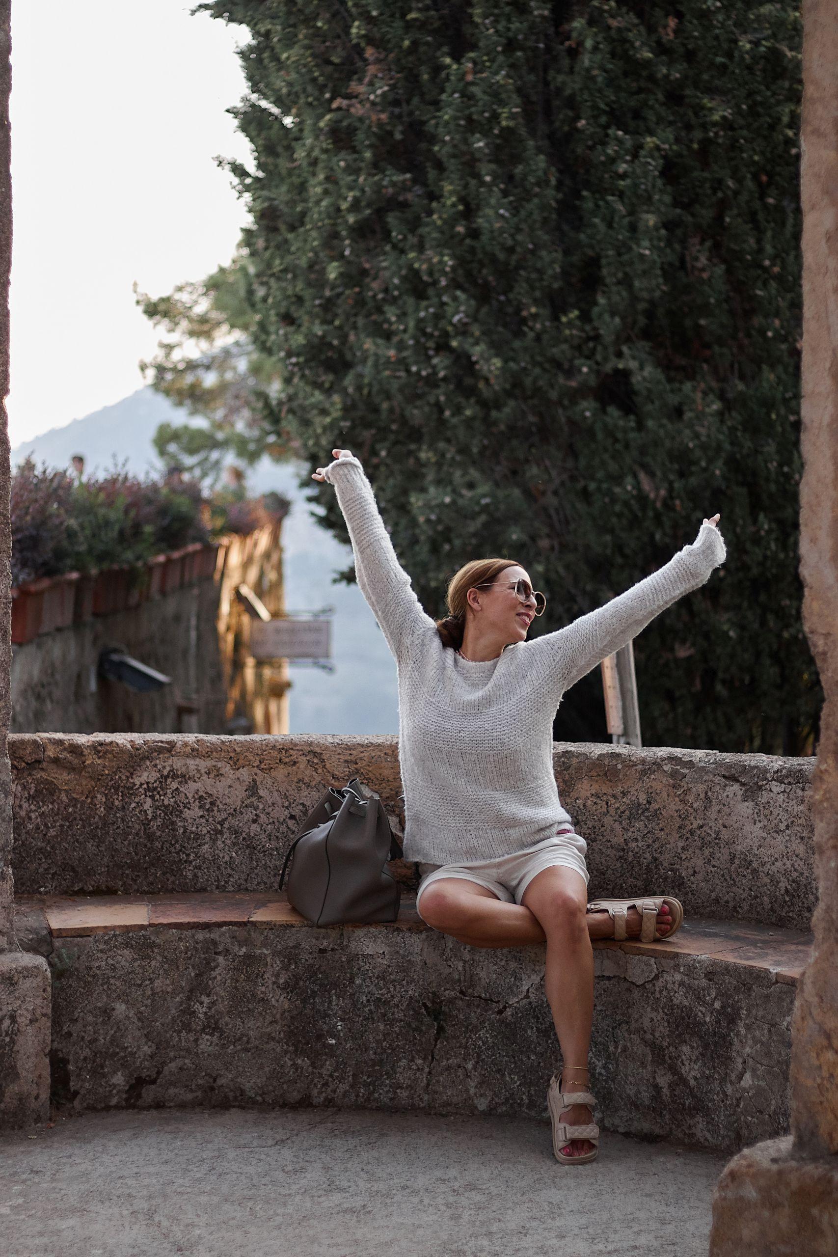 Amy Vermont Pullover zu Leinenshorts in der Villa Cimbrone in Ravello