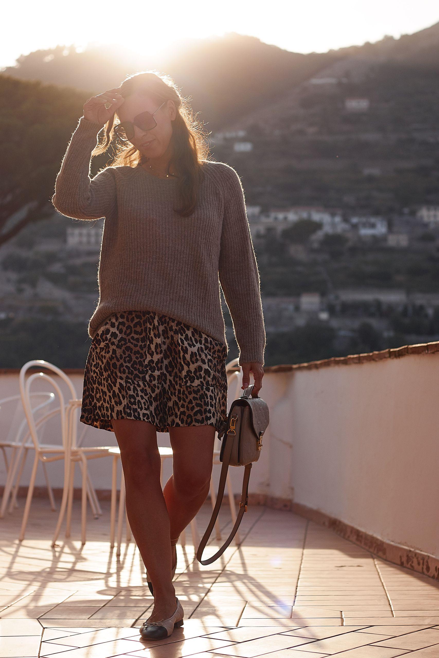 Amy Vermont Pullover zu Ganni Leo Shorts im Hotel Rufolo in Ravello