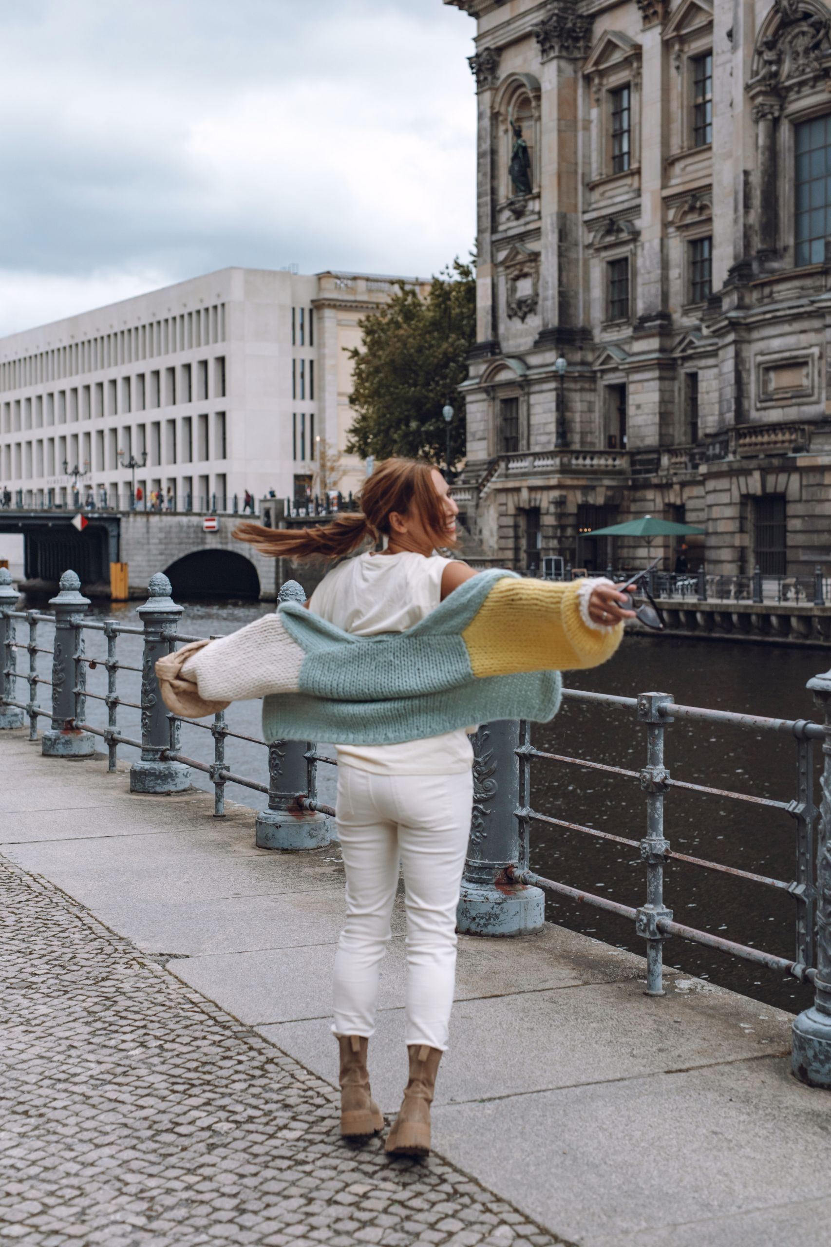 Raffaele Riccardi Combat Boots zu Evyinit Cardigan, Closed Jeans und Bottega Veneta Jodie Bag auf der Museumsinsel in Berlin
