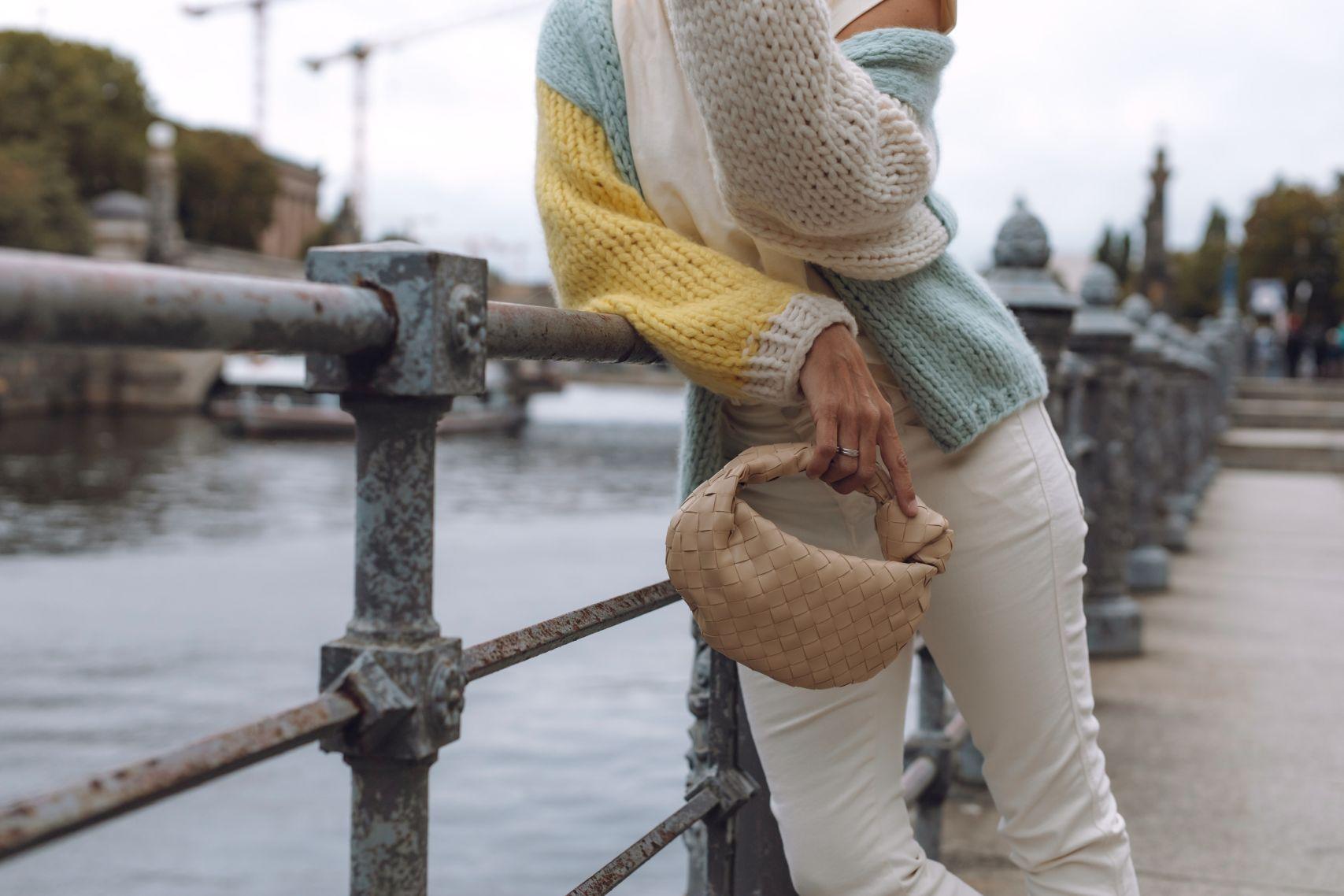 Bottega Veneta Jodie Bag Mini zum Evyinit Cardigan