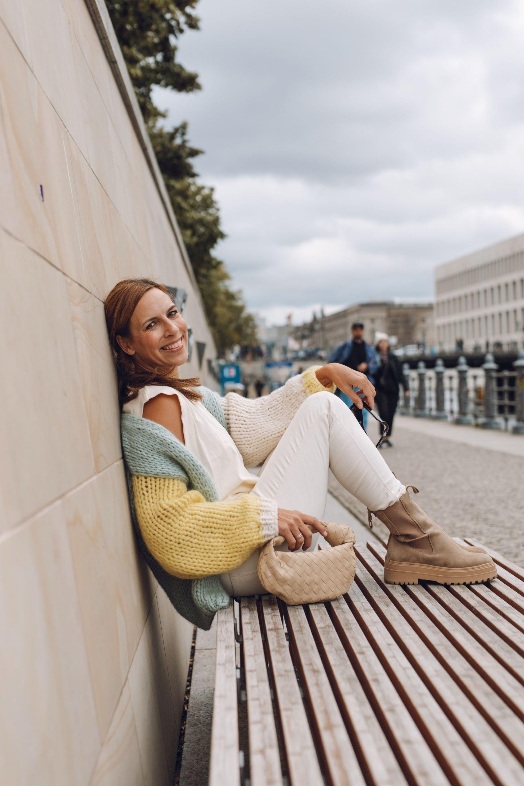 Raffaele Riccardi Combat Boots und Evyinit Cardigan zur Bottega Veneta Jodie Tasche auf der Museumsinsel in Berlin