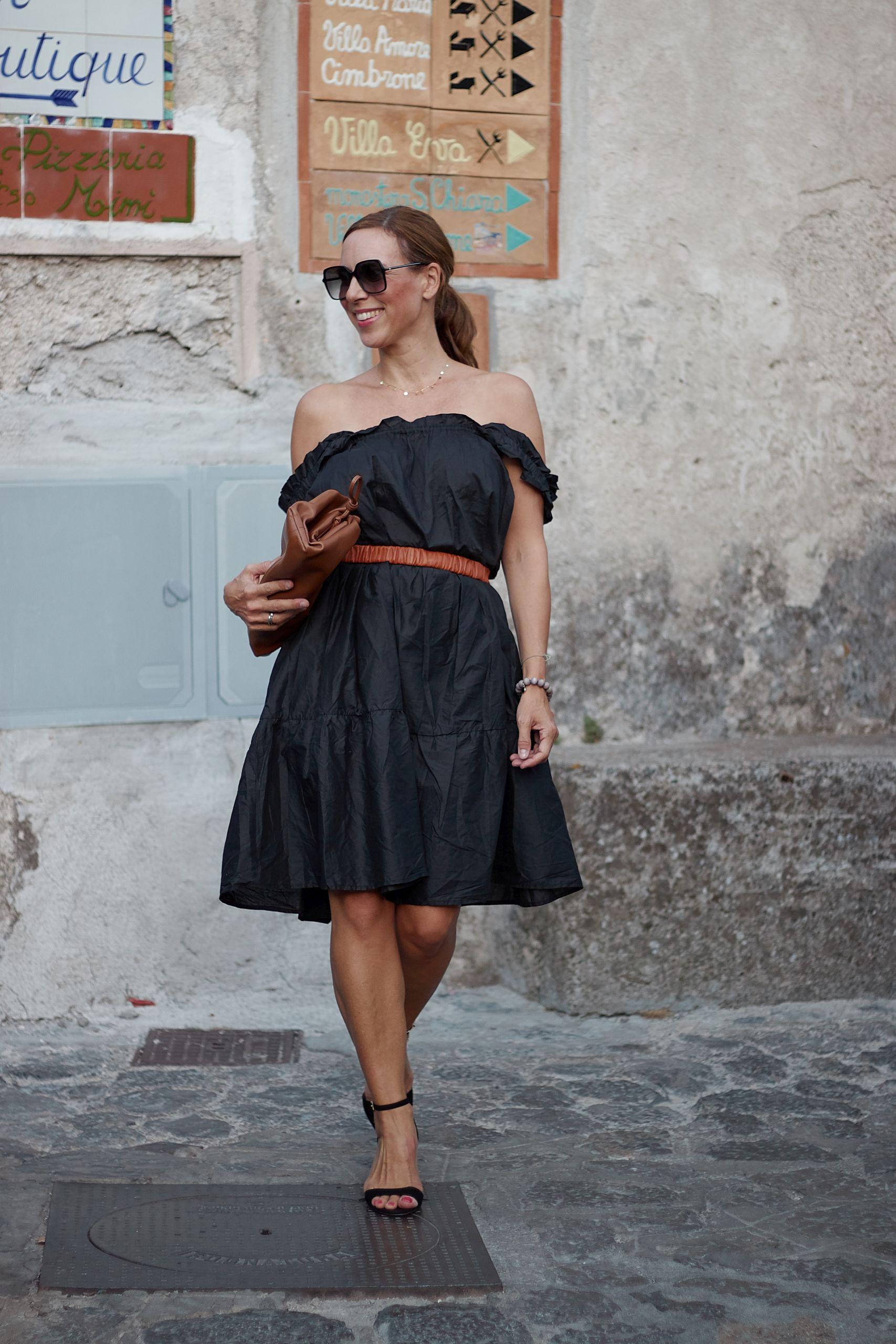 Raffaele Riccardi Schuhe zu schwarzem Offshoulder Kleid in Ravello