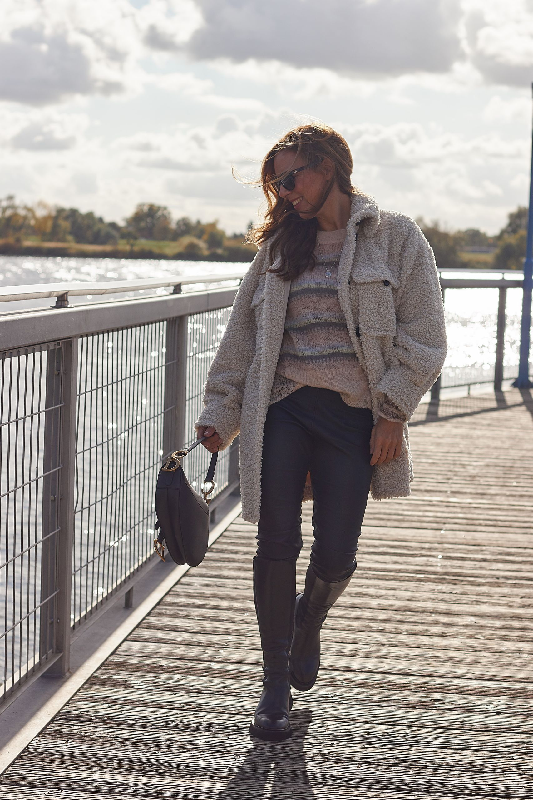 Raffaele Riccardi Stiefel und Dior Saddle Bag zur Teddy Jacke von Gosche an der Elbe