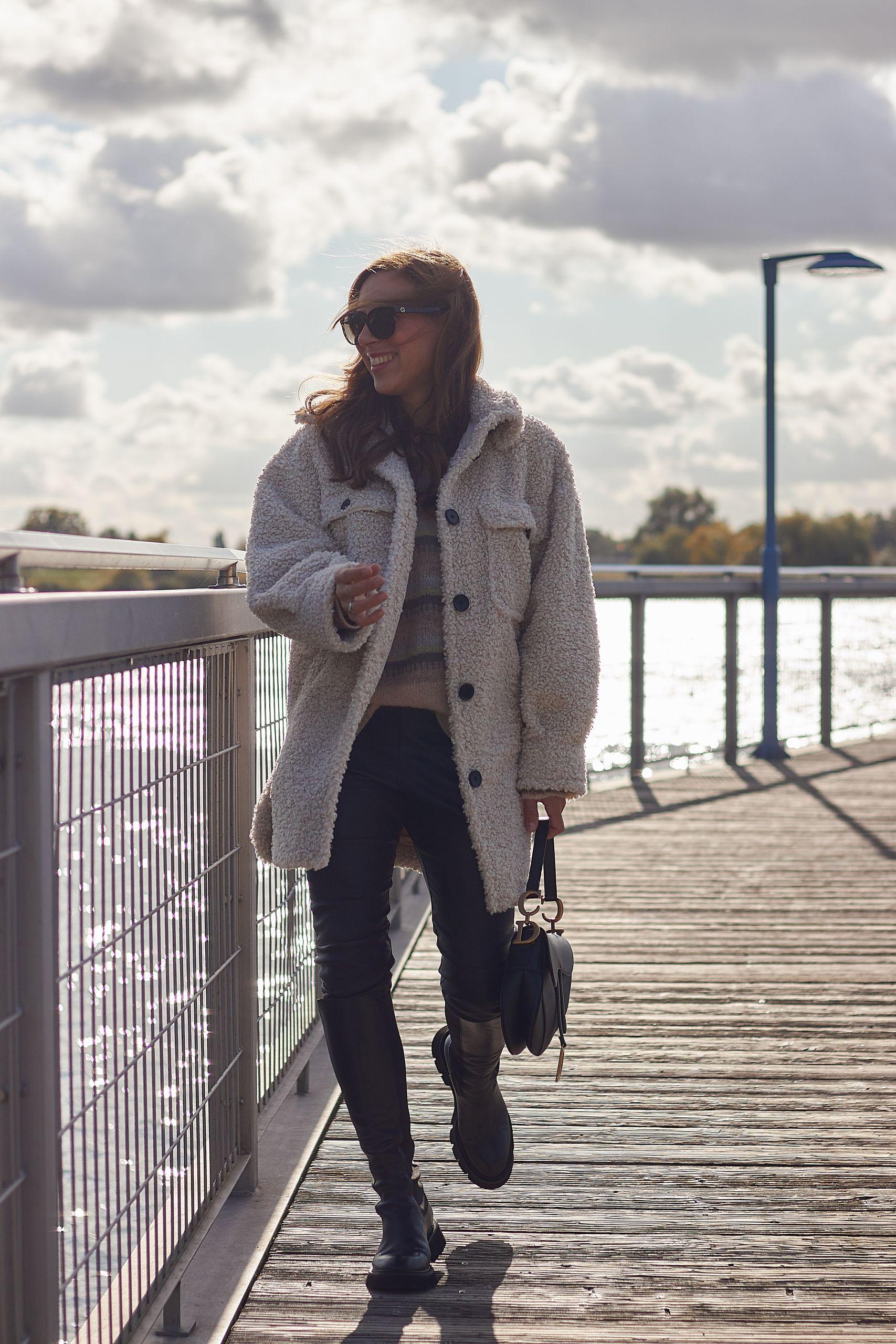 Teddy Jacke kombinieren zu Lederleggings und Combat Boots von Raffaele Riccardi und Dior Saddle Bag an der Elbe